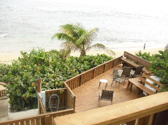 Villa Tropical Oceanfront Apartments on Shacks Beach: view to large bottom deck