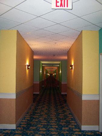 KeyLime Cove Indoor Waterpark Resort: HALLWAY OUTSIDE OUR ROOM