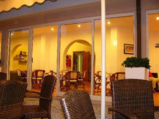 Hotel Azzurra: salottini interni sotto portico vetrato
