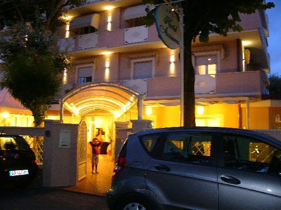 Hotel Azzurra: ingresso Hotel Azzuurra - vista notturna