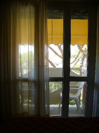 Hotel Azzurra: portafinestra in stanza con balconcino