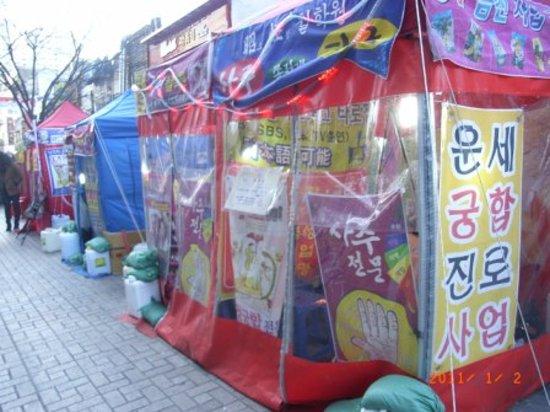 Yeongseon uphill street : 占いの屋台が並びます