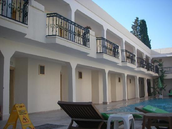 Blue Bay Hotel: Hotel with pool