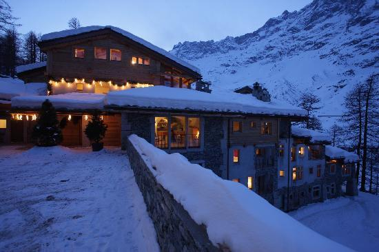 Saint Hubertus Resort: The resort on a winter evening