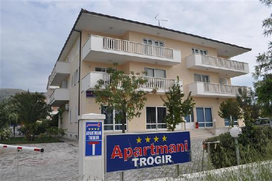 Apartmani Trogir: Hose from entry road
