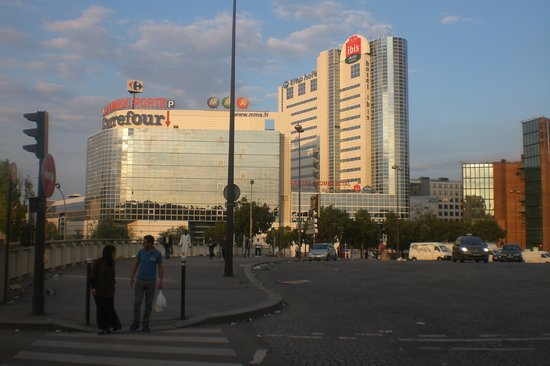 Монтрей, Франция: The view of the hotel - IBIS and ETAP are in the same building.