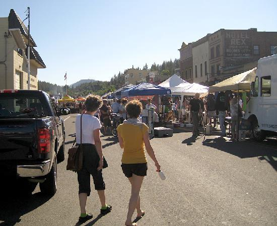 River Street Inn: Farmer's Market on Truckee Thursday. Street is closed to traffic.