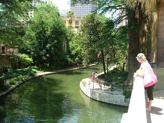 Courtyard by Marriott San Antonio Riverwalk: The Riverside walk