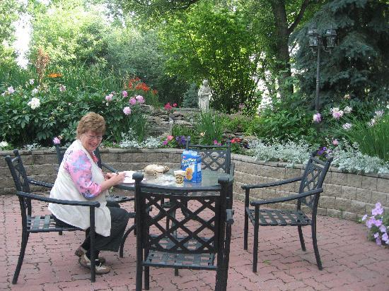McDougall Lane Bed & Breakfast: garden seats