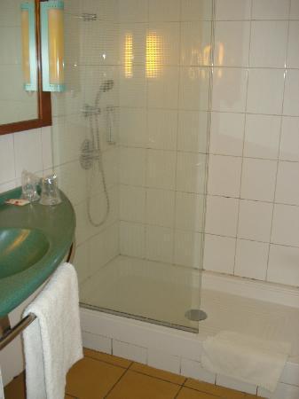 โลเม, โตโก: Bad im Zimmer - sieht auf den ersten Blick gut aus, aber leider Schimmel
