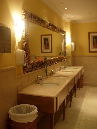Denia La Sella Golf Resort & Spa : fresh flowers every day - lobby toilets