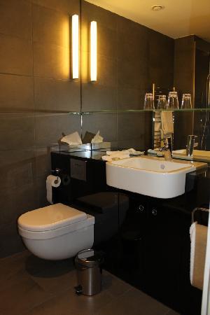 badezimmer mit dusche,wc,2 lavabo - bild von adina apartment hotel