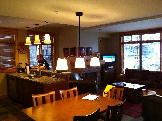 Capitol Peak Lodge: well lit living room