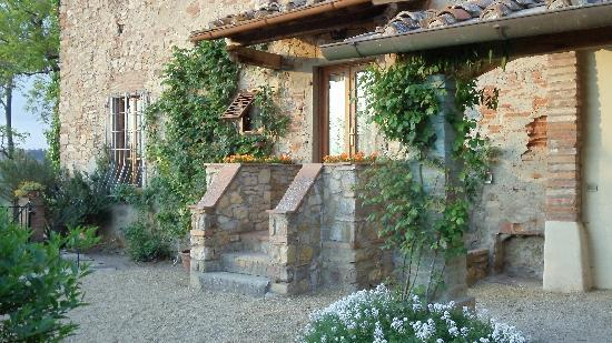 Villa Le Barone: Courtyard entrance