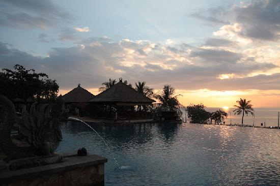 AYANA Resort and Spa Bali: プールサイドから夕陽