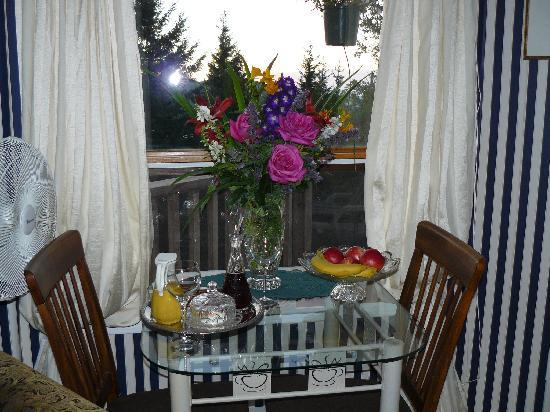 Armand Heights Bed and Breakfast : Garden flowers and wine tray upon our arival