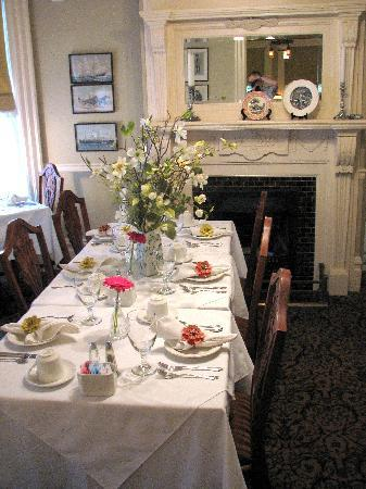 O Canada House: Dining room set for breakfast
