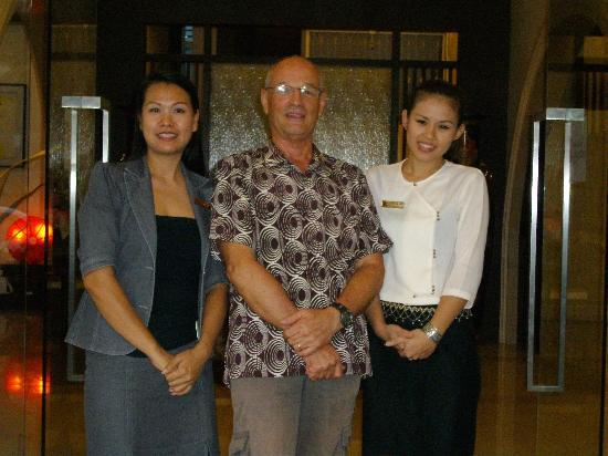 SakulchaiPlace Hotel: The handsome Steve, my husband, poses with his favourite receptionists
