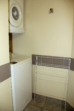 Quest Auckland Serviced Apartments : Laundry and dryer