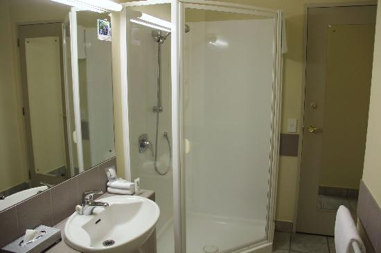 Quest Auckland Serviced Apartments : bathroom
