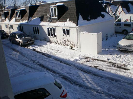 Pavilions Hotel: uncleared snow in drive way