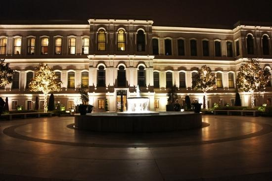 Four Seasons Istanbul at the Bosphorus: Courtyard