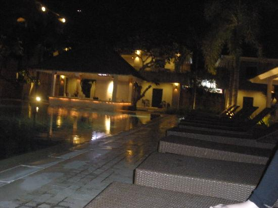 Dewi Sri Hotel: Pool area and swim up bar at night
