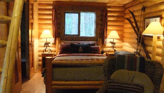 Cathedral Mountain Lodge: The queen size bed