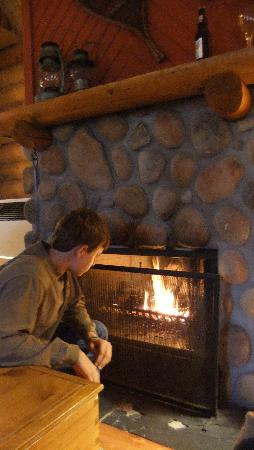 Cathedral Mountain Lodge: Stoking the fire