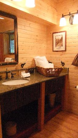 Cathedral Mountain Lodge: The bathroom
