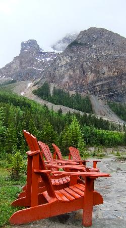 Cathedral Mountain Lodge: Chairs in front of Kicking Horse river