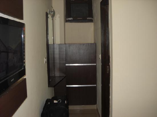 Vivek Hotel: placard et miroir