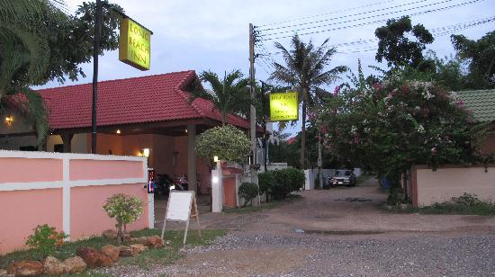 Long Beach Inn: entrance to the inn is along a quiet residential road