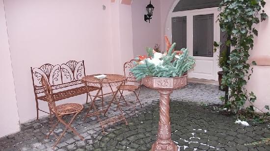 Hotel Residence Retezova: Inner court