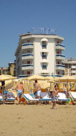 Cavalieri Palace: Hotel vom Strand gesehen
