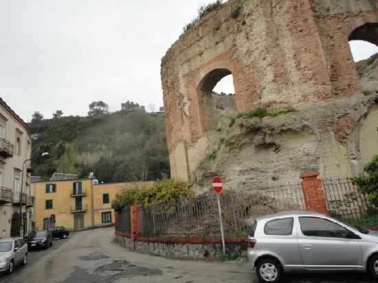Batis Guest House: facciata, in primo piano la piscina romana