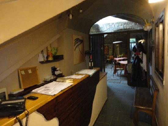 Batis Guest House : la reception ricavata nel sottoscala
