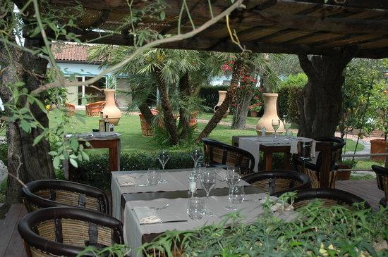 Osteria Dell'Arte: Tavoli all'aperto nella veranda estiva