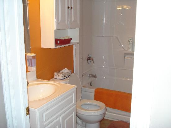 Snuggle Inn Cottage Suites: bathroom of one bedroom cabin