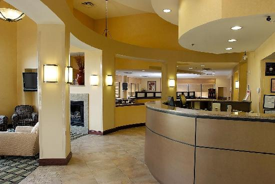 Comfort Suites Kodak: Lobby and front desk.