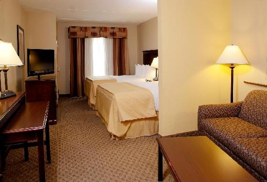 Comfort Suites Kodak: Large guest suites with two queen beds and sofa sleeper.