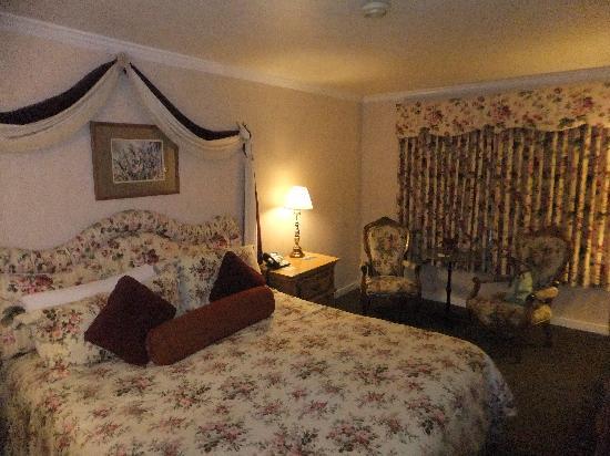 Carmel Inn & Suites: Doppelzimmer mit King-Size Bett