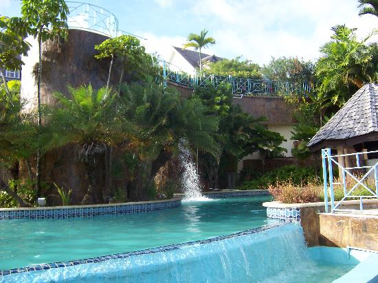 Salybia Nature Resort & Spa: view of the pool and partial of the waterfall