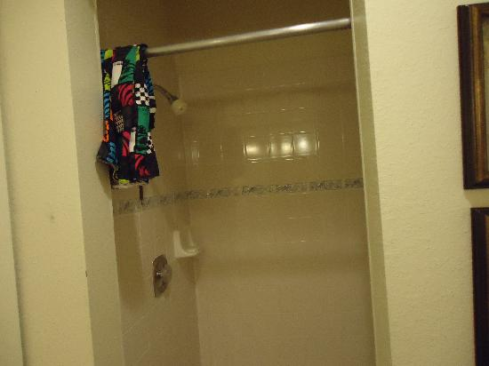 Breakers Hotel and Condo Suites: Shower in bedroom unit
