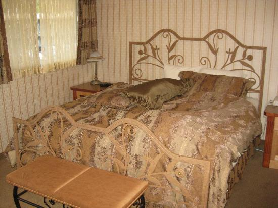 Mount Robson Inn: King bed in Whistler suite