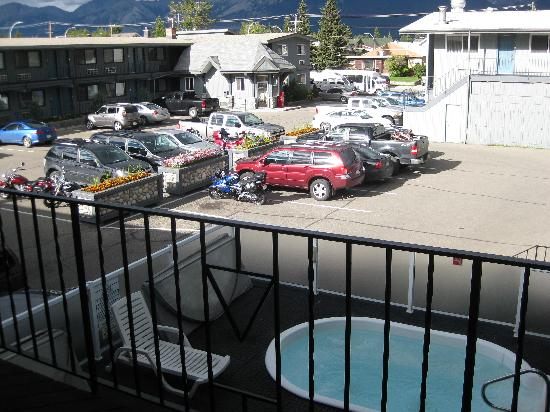 Mount Robson Inn: View from corner suite over parking lot, two hot tubs down below