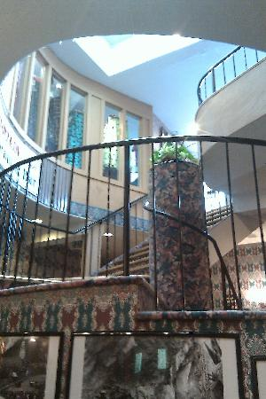 Red Mountain Cafe: Open staircase