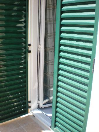 Hotel Mirabello: Shutters to balcony