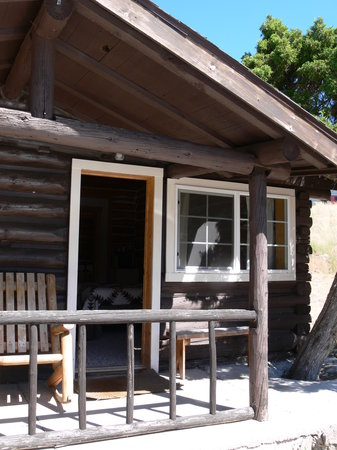 The Trail Shop Inn and Restaurant: Outside Cabin 6