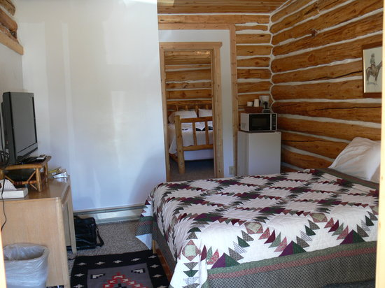 The Trail Shop Inn and Restaurant : Bedroom 1 with TV, Frig, Microwave, Coffee
